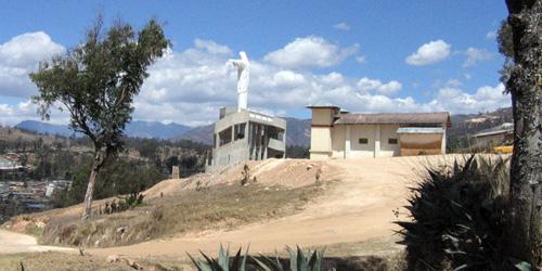Celendín, vista iglesia y hueco en la colina. Foto Gissela G. Díaz Verava.